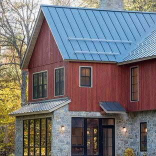 Foto della facciata di una casa rossa country a due piani di medie dimensioni con rivestimenti misti e tetto a capanna