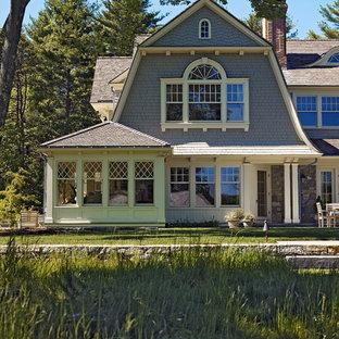 Immagine della facciata di una casa grigia vittoriana a due piani con rivestimento in legno e tetto a mansarda