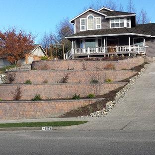 Imagen de fachada de casa marrón, ecléctica, grande, con revestimiento de ladrillo, tejado a dos aguas y tejado de teja de madera