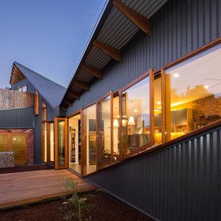Ispirazione per la facciata di una casa grigia contemporanea a due piani con rivestimento in metallo e tetto a una falda