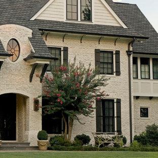 Inspiration för ett mellanstort vintage beige hus, med tegel, tre eller fler plan och tak i shingel
