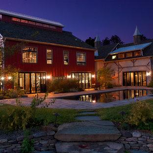 Inspiration pour une grande façade métallique rouge rustique à un étage avec un toit à deux pans.