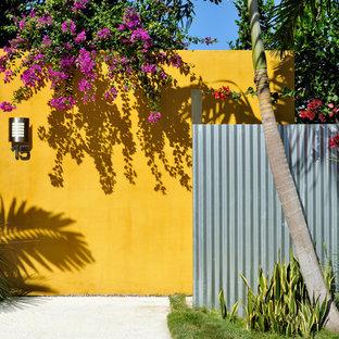 Diseño de fachada amarilla, actual, con revestimientos combinados