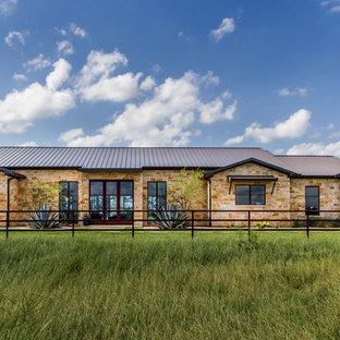 Diseño de fachada de casa marrón, campestre, de una planta, con revestimiento de piedra, tejado a dos aguas y tejado de metal