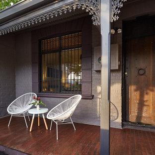 Diseño de fachada de casa gris, industrial, de tamaño medio, de una planta, con revestimiento de ladrillo, tejado a cuatro aguas y tejado de teja de barro