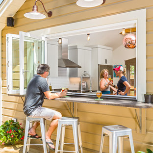 На фото: маленький, одноэтажный, деревянный, коричневый дом в стиле шебби-шик с двускатной крышей с