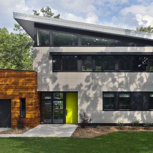 Diseño de fachada gris, contemporánea, de tamaño medio, de dos plantas, con revestimientos combinados