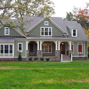 Inspiration för ett stort amerikanskt grönt hus, med två våningar och fiberplattor i betong