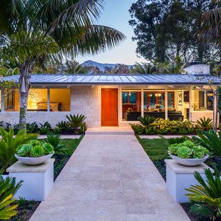 Idée de décoration pour une façade de maison vintage de plain-pied avec un toit en métal.