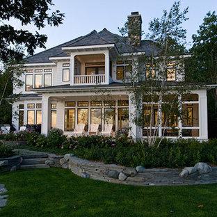 Diseño de fachada de casa blanca, marinera, grande, de dos plantas, con revestimiento de vinilo y tejado de un solo tendido