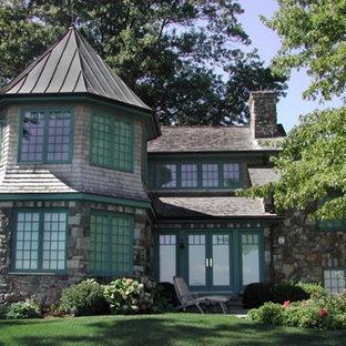 Idee per la facciata di una casa unifamiliare grigia vittoriana a due piani di medie dimensioni con rivestimenti misti, tetto a capanna e copertura a scandole