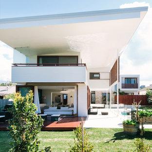 Immagine della facciata di una casa bianca contemporanea a due piani con tetto a una falda