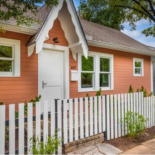 Inredning av ett klassiskt litet oranget hus, med allt i ett plan, sadeltak och tak i shingel