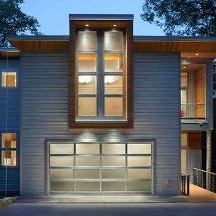 Imagen de fachada de casa blanca, moderna, de tamaño medio, de dos plantas, con revestimiento de metal y tejado plano