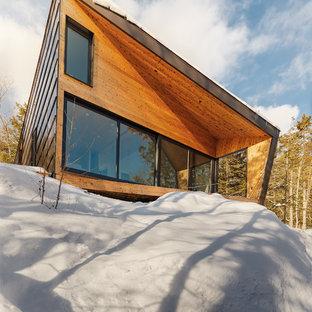 Idee per la facciata di una casa unifamiliare piccola marrone moderna a due piani con rivestimento in metallo, tetto a una falda e copertura in metallo o lamiera