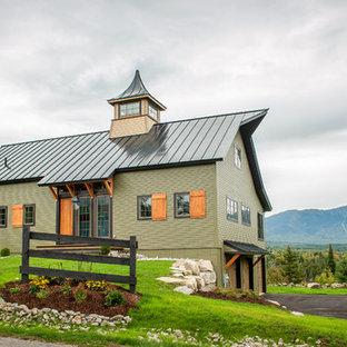 Imagen de fachada verde, ecléctica, de tamaño medio, de dos plantas, con revestimiento de madera y tejado a dos aguas