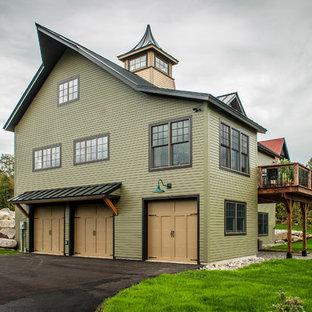 Modelo de fachada verde, bohemia, de tamaño medio, de dos plantas, con revestimiento de madera y tejado a dos aguas