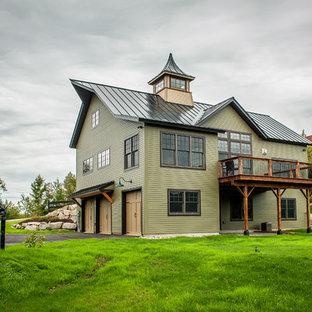 Bild på ett mellanstort eklektiskt grönt hus, med två våningar, sadeltak och tak i metall
