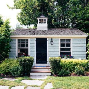 На фото: одноэтажный, деревянный, синий, маленький мини дом в морском стиле с вальмовой крышей и крышей из гибкой черепицы с