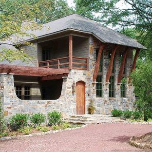 Diseño de fachada de casa gris, bohemia, de tamaño medio, de dos plantas, con revestimientos combinados, tejado a dos aguas y tejado de teja de madera