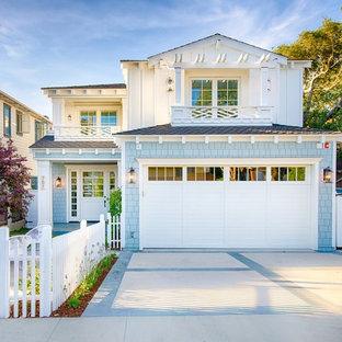 Ispirazione per la facciata di una casa unifamiliare ampia blu stile marinaro a due piani con rivestimento in legno, tetto a capanna e copertura a scandole