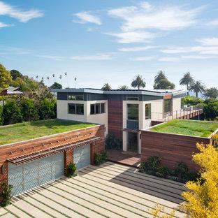 Inspiration för mellanstora moderna vita hus, med två våningar, blandad fasad, pulpettak och levande tak
