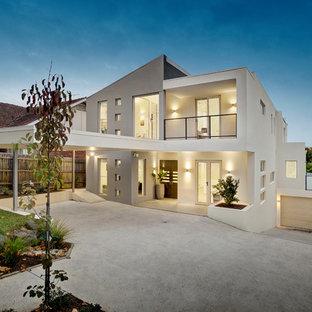 Foto della facciata di una casa bianca contemporanea a due piani con tetto piano