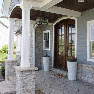 Ejemplo de fachada de casa gris, de estilo americano, de dos plantas, con revestimientos combinados