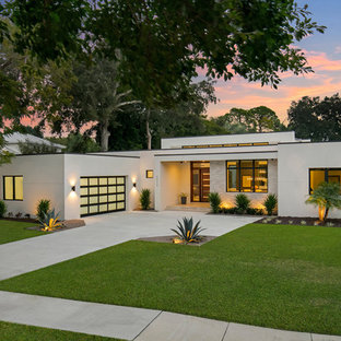 Example of a trendy beige one-story exterior home design in Tampa