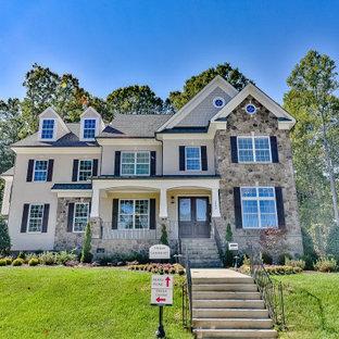Cette photo montre une très grand façade de maison beige à un étage et en briques peintes avec un toit à deux pans et un toit en shingle.