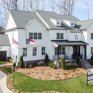 Inspiration för mycket stora vita hus, med två våningar, sadeltak och tak i shingel