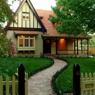 Cottage chic exterior home photo in Melbourne