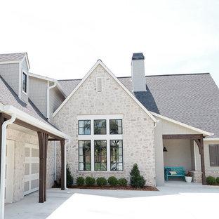 Неиссякаемый источник вдохновения для домашнего уюта: двухэтажный, серый дом среднего размера в морском стиле с облицовкой из камня