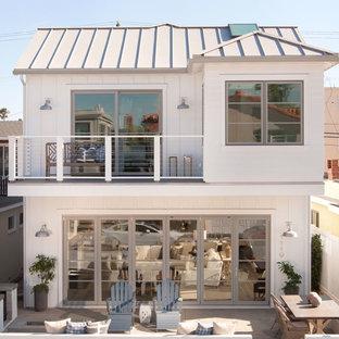 Свежая идея для дизайна: большой, двухэтажный, белый дом в морском стиле - отличное фото интерьера