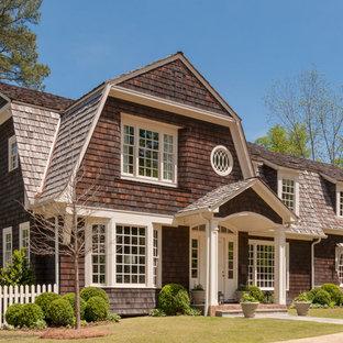 Стильный дизайн: двухэтажный, деревянный, коричневый частный загородный дом в морском стиле с мансардной крышей и крышей из гибкой черепицы - последний тренд