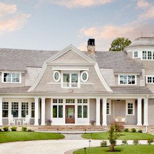 ボストンのビーチスタイルのおしゃれな家の外観 (木材サイディング) の写真