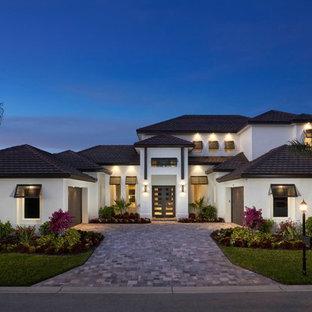 Zweistöckiges, Weißes, Geräumiges Modernes Haus mit Lehmfassade und Satteldach in Miami