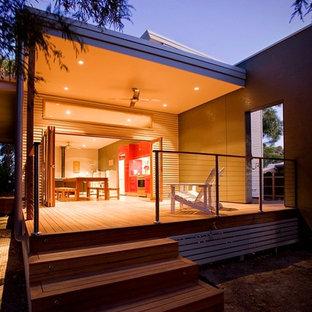 Diseño de fachada gris, marinera, de tamaño medio, de dos plantas, con revestimiento de metal y tejado plano