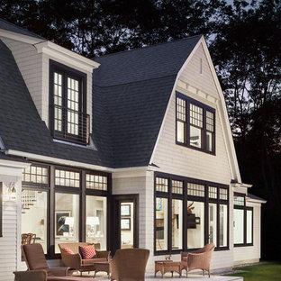 Идея дизайна: двухэтажный, деревянный, белый дом в морском стиле с мансардной крышей
