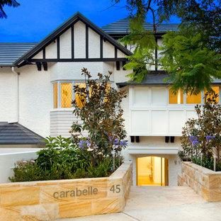 Esempio della facciata di un appartamento grande bianco classico a due piani con rivestimenti misti, tetto a padiglione e copertura in tegole