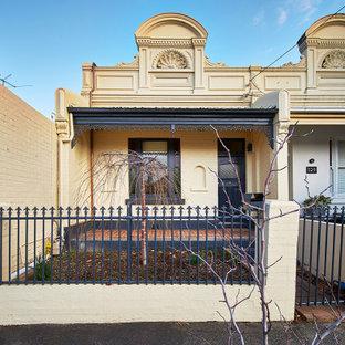 メルボルンの小さいコンテンポラリースタイルのおしゃれな家の外観 (コンクリート繊維板サイディング、紫の外壁) の写真