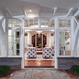 ミネアポリスのトラディショナルスタイルのおしゃれな二階建ての家 (混合材サイディング、グレーの外壁) の写真