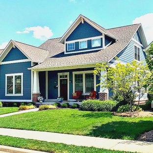 Источник вдохновения для домашнего уюта: маленький, двухэтажный, деревянный, синий дом в стиле кантри с двускатной крышей и крышей из гибкой черепицы