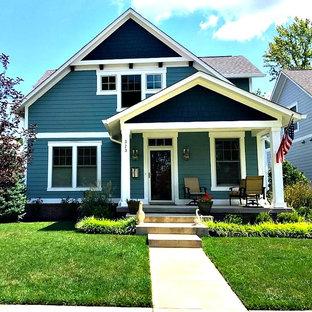 Cette image montre une petit façade en bois bleue craftsman à un étage avec un toit à deux pans et un toit en shingle.