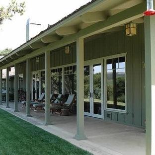 Idée de décoration pour une façade en bois verte champêtre de taille moyenne et de plain-pied avec un toit à quatre pans.
