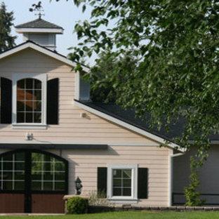 Ispirazione per la facciata di una casa piccola beige classica a un piano con rivestimento con lastre in cemento e tetto a capanna