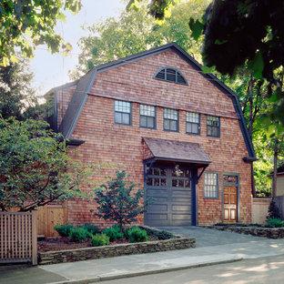 Exemple d'une façade en bois chic à un étage avec un toit de Gambrel.