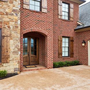他の地域のトラディショナルスタイルのおしゃれな家の外観 (レンガサイディング、赤い外壁) の写真