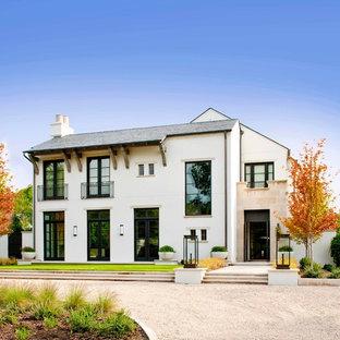 Ejemplo de fachada blanca, tradicional renovada, de dos plantas, con tejado a dos aguas