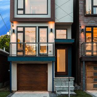 Foto de fachada blanca, minimalista, pequeña, a niveles, con tejado plano